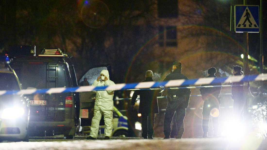 Polisens tekniker undersöker mordplatsen.