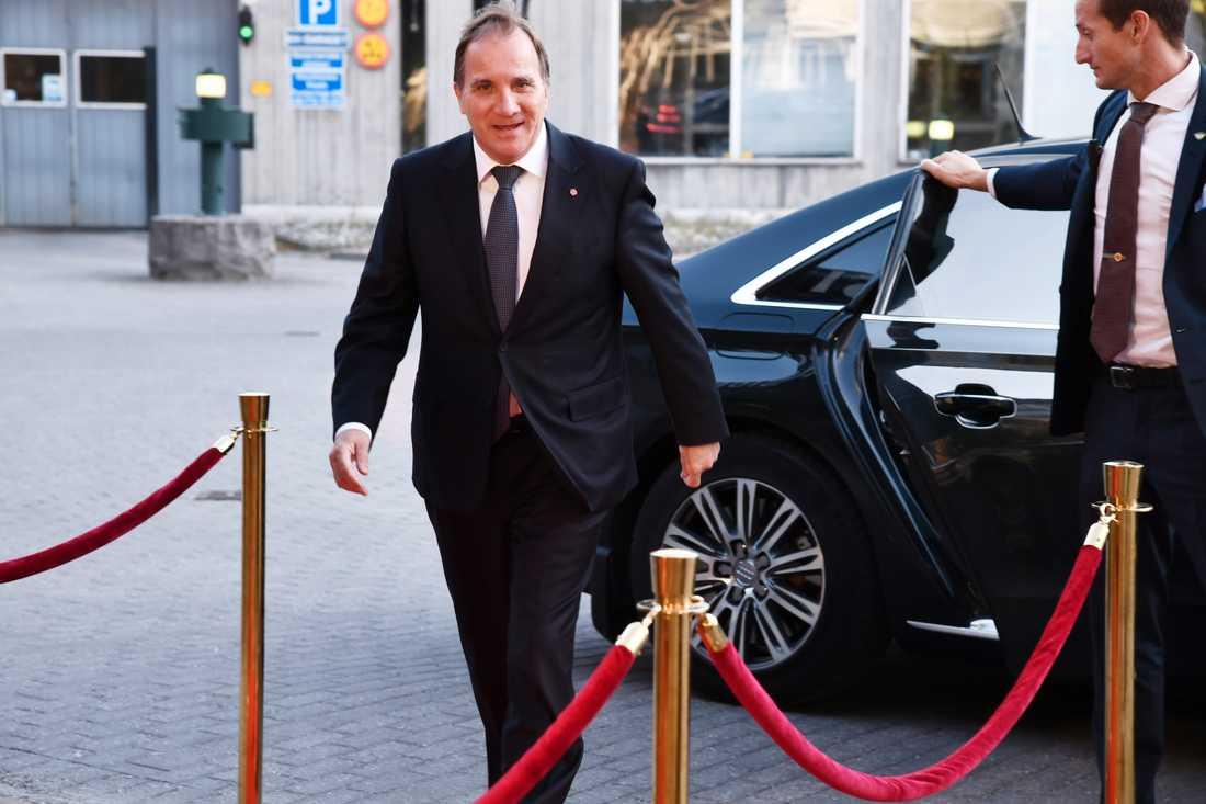 Statsminister Stefan Löfven anländer till SVT för utfrågningen.
