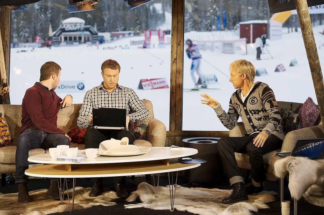 Jonas Karlsson, mitten, under en sändning i Vinterstudion.