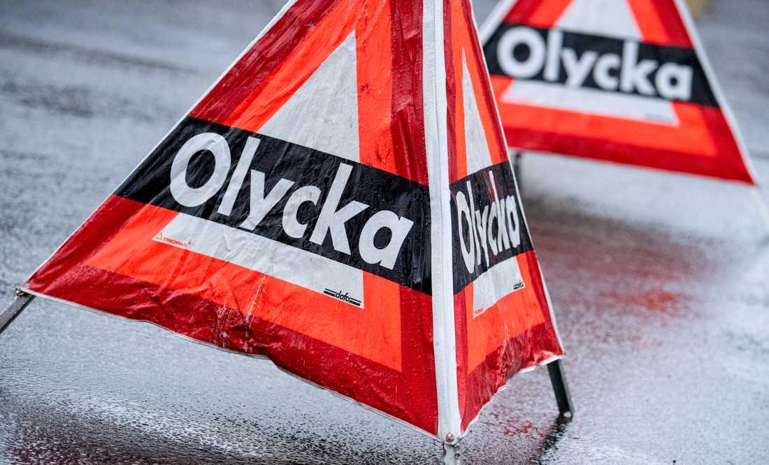 En lastbil och en personbil har frontalkrockat på riksväg 44 utanför Lidköping under fredag förmiddag. En person har avlidit. Arkivbild.