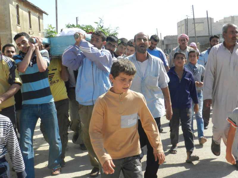 BEGRAVNING Abed al Razaq Jassem ska begravas och följs till sista vilan i Hula, nära Homs, av en stor samling släkt, vänner och bekanta. Han dödades, enligt aktivister, av regeringsstyrkor.
