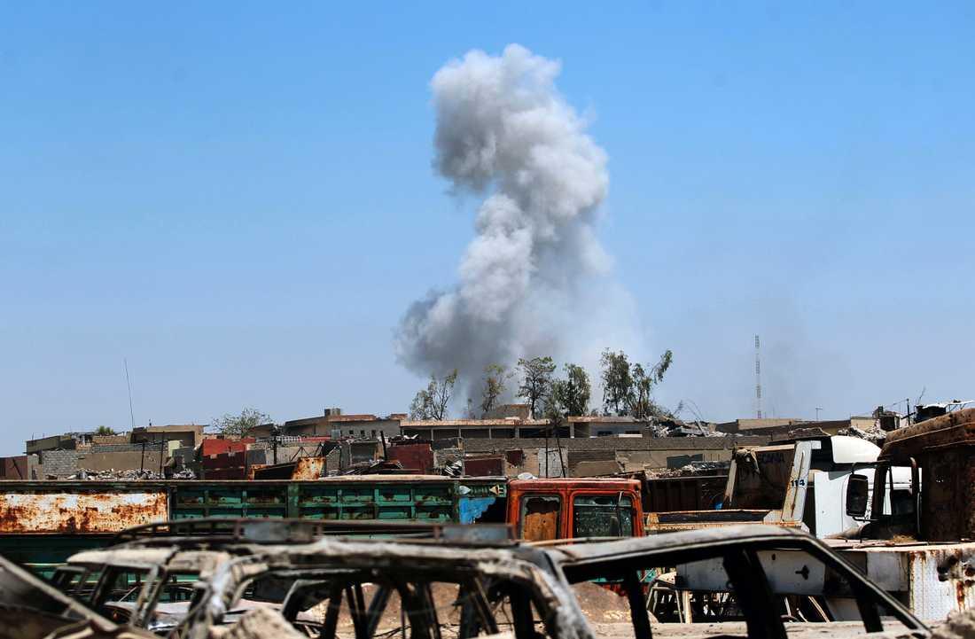 Röken stiger när irakiska styrkor närmar sig de sista IS-kontrollerade delarna av den gamla staden i Mosul.