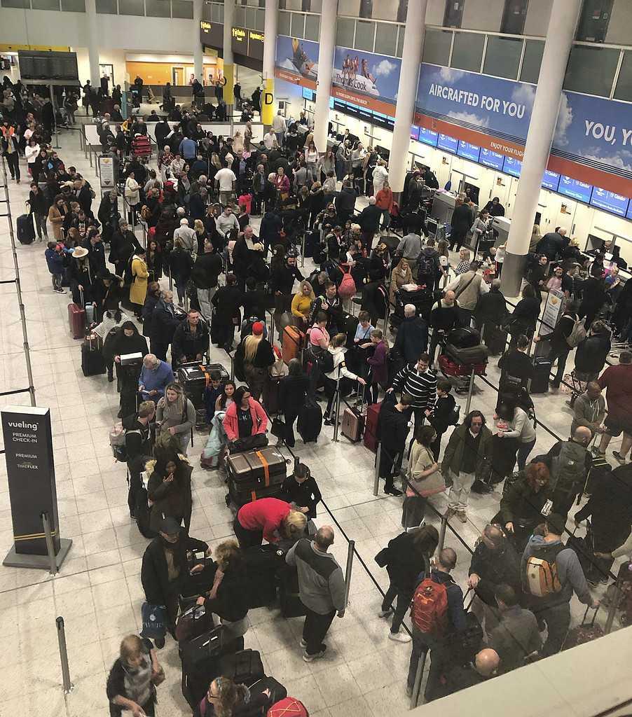 Många resenärer är strandade på Gatwick då landningsbanan hållits stängd efter att drönare flugit intill flygplatsen.