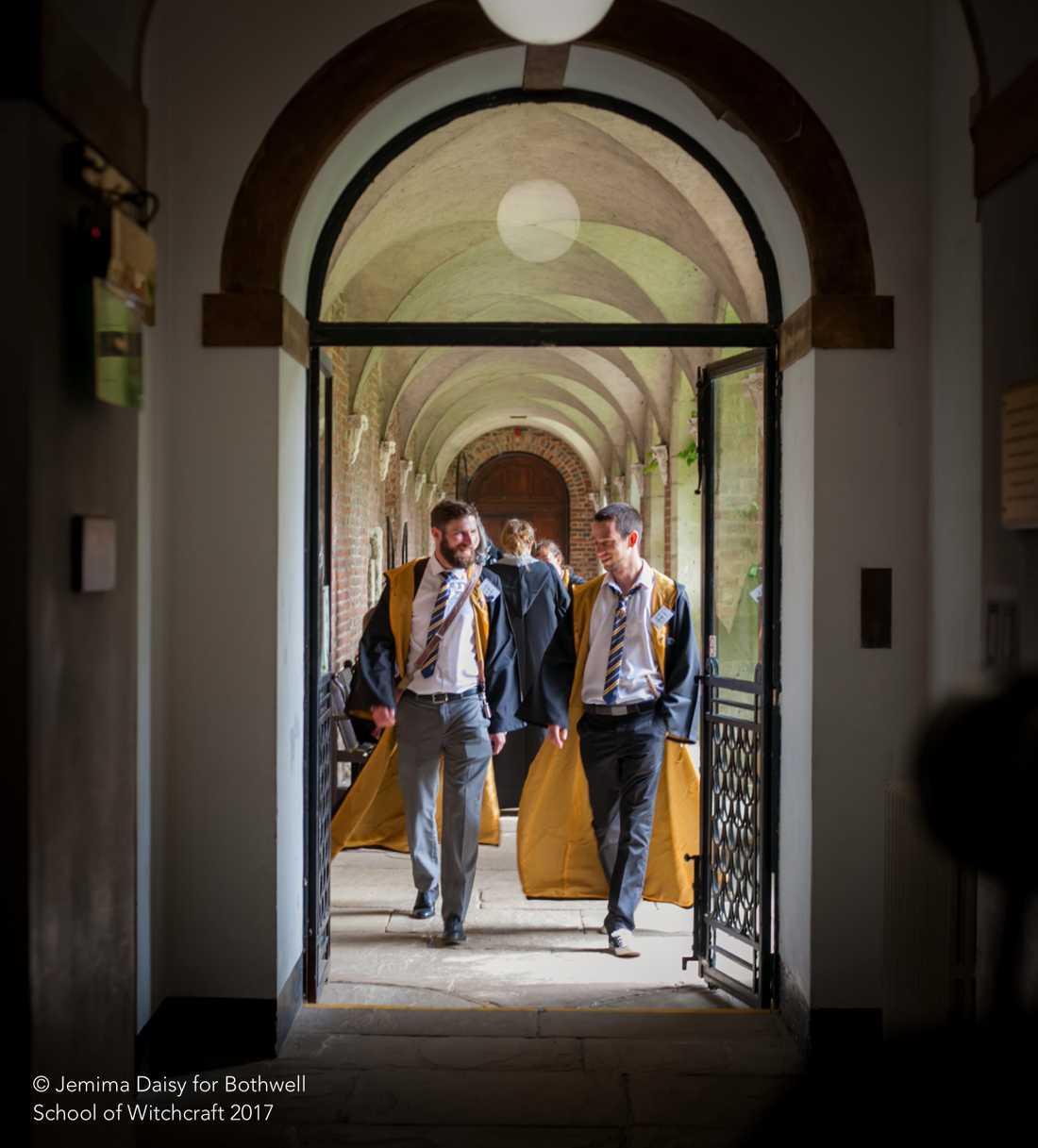 Skolpojkar i korridoren.