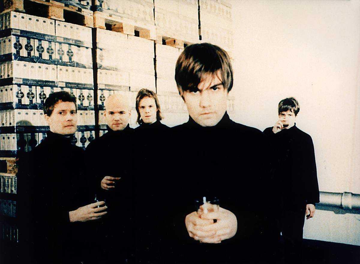 svart polotröja-kamp Kent, lilla bilden, blev Sveriges största band medan Hardy Nilsson, stora bilden, fallit halvt i glömska. Men en gång var de lika.