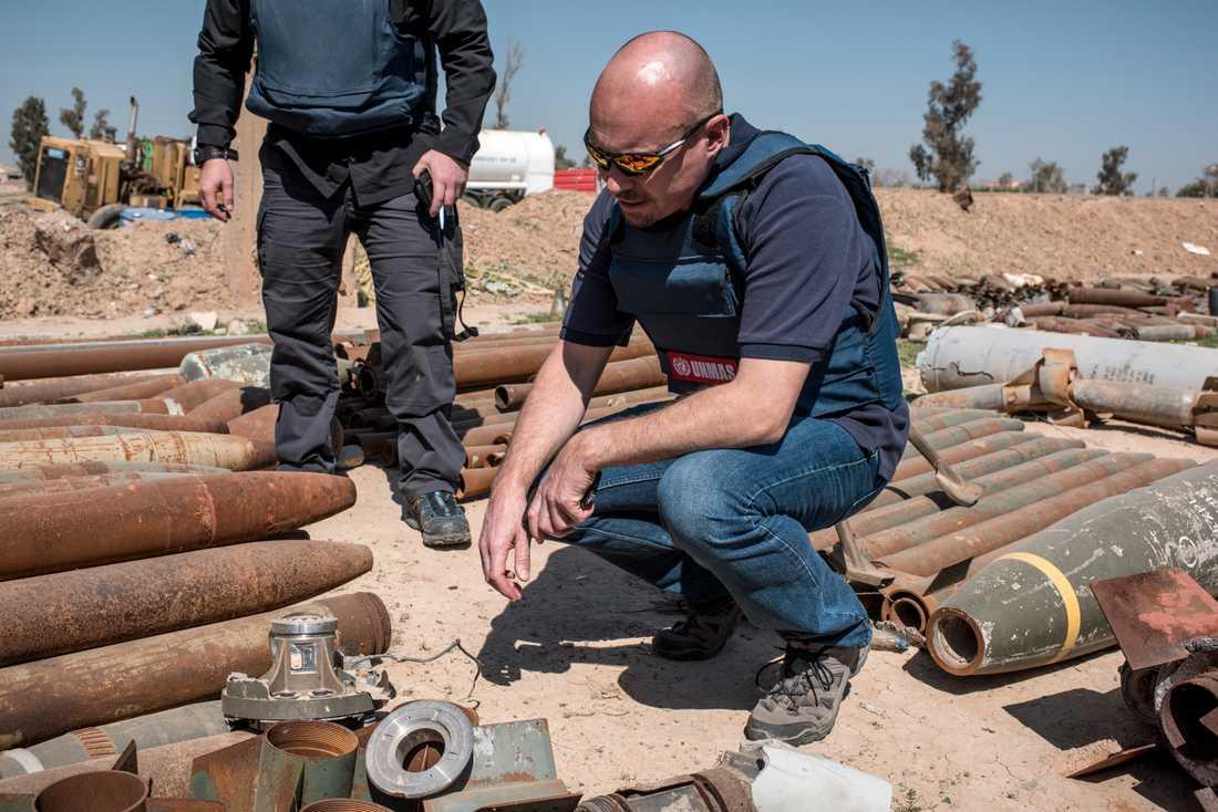 Svenske Pehr Lodhammar, chef för FN:s min- och ammunitionsröjare i Irak, bland oskadliggjorda granater.