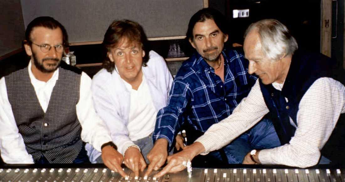 """Ringo Starr, Paul McCartney, George Harrison tillsammans med George Martin i studion under inspelningen av """"Free as a bird"""""""