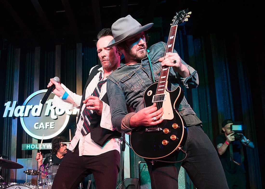 Scott Weiland och Jeremy Brown under ett uppträdande på Hard Rock Cafe i mars.