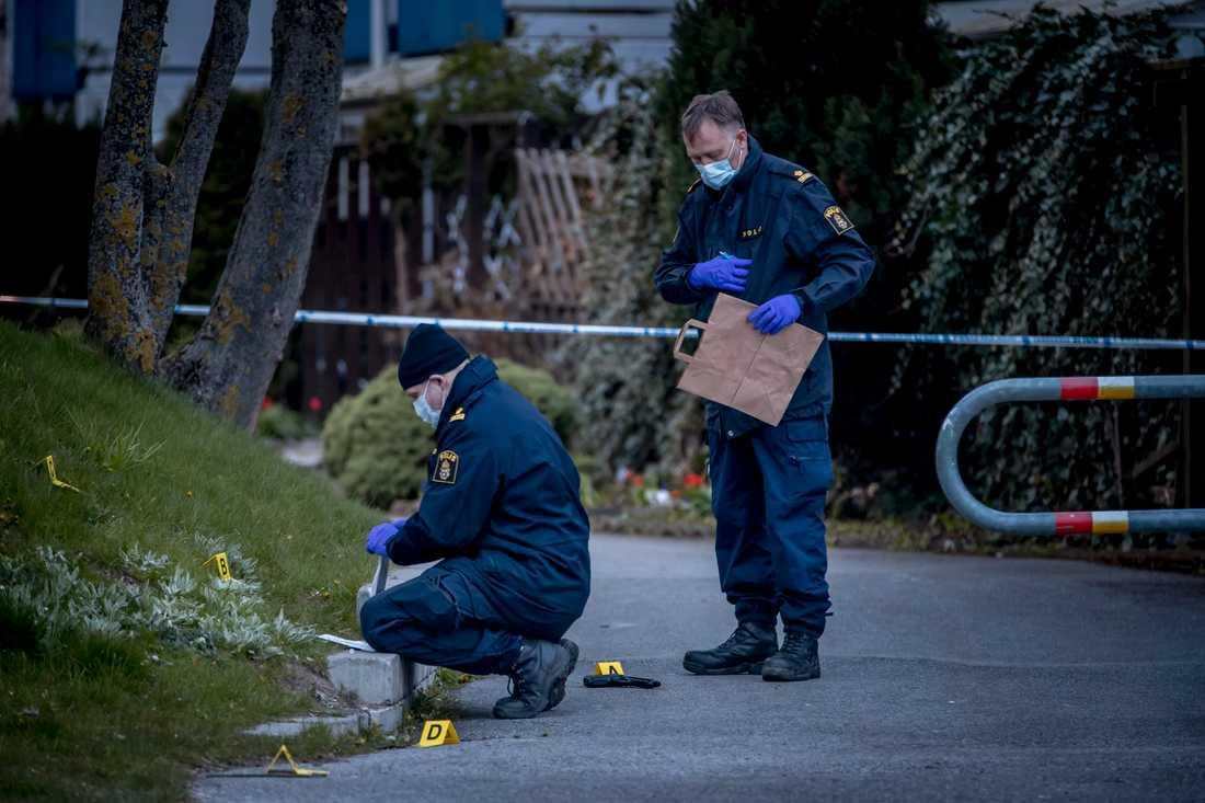 Polisen säkrar spår i området efter att en kvinna blivit kidnappad och våldtagen.