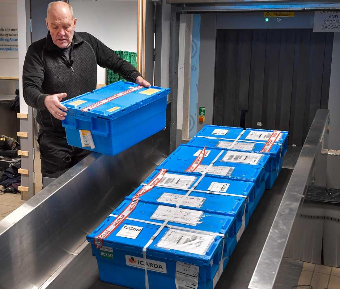 Genbanken Icarda fortsätter att skicka fröer för säkerhetslagring i Svalbards globala frövalv. Här tar frövalvskoordinatorn Åsmund Asdal emot den senaste laddningen frölådor på flygplatsen i Longyearbyen.