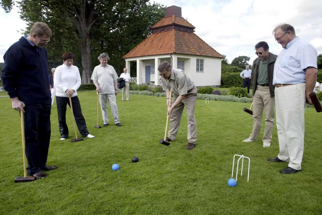 Krocketspel i samband med statsministermötet på Harpsund i Sörmland måndagen den 30 juni 2003. Från vänster: Matti Vanhanen (Finland), Anders Fogh Rasmussen (Danmark), Kjell Bondevik (Norge) och Göran Persson (Sverige). Arkivbild.