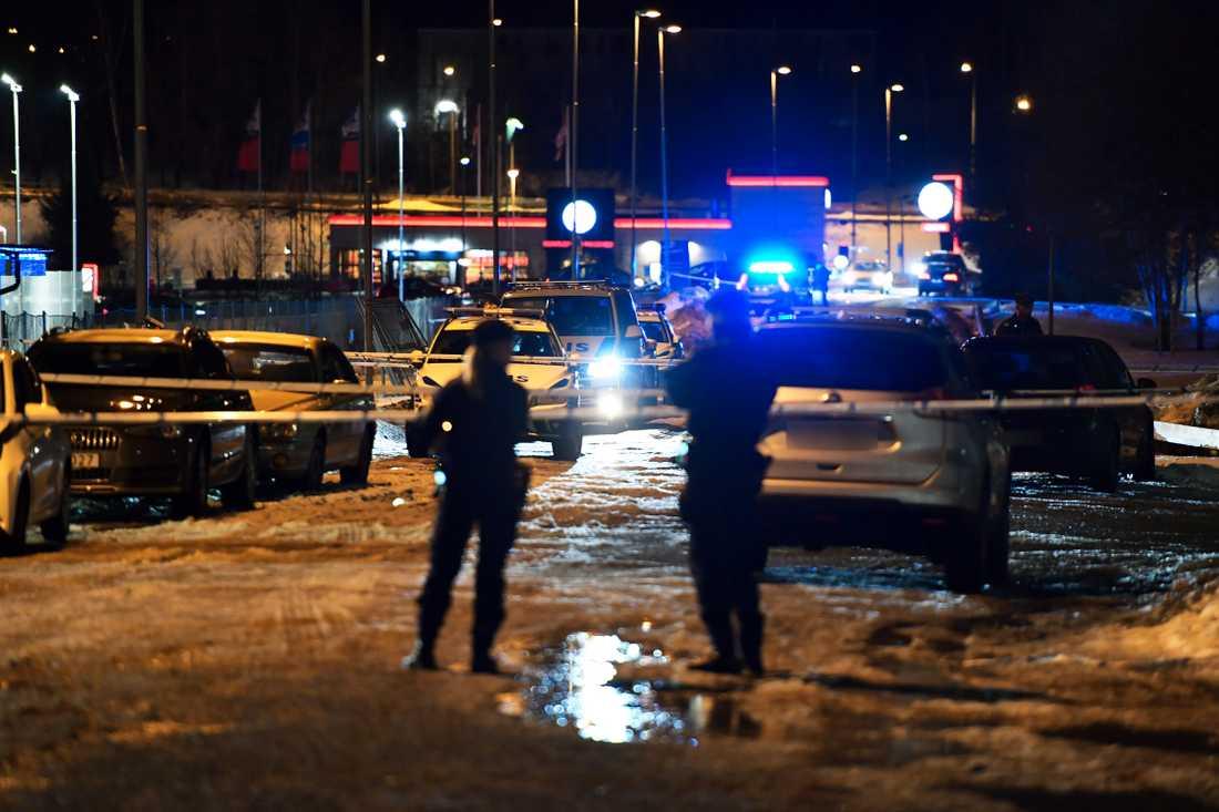 En man har blivit skjuten i Norsborg söder om Stockholm.