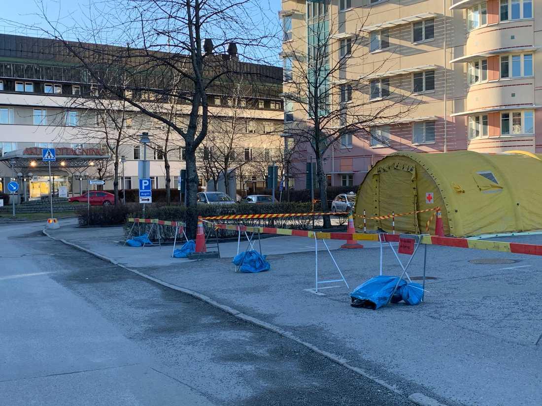 Nya tält ställs upp utanför Akademiska