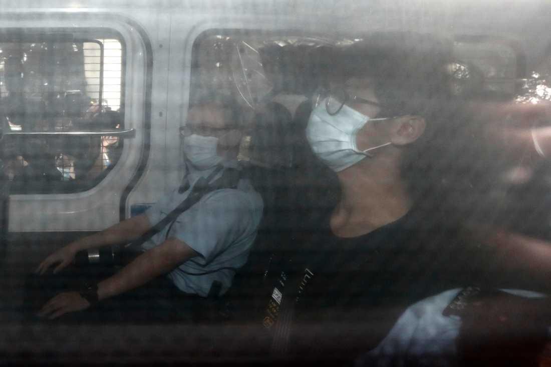 Tony Chung anländer till rätten i en polisbuss efter att ha gripits i Hongkong.