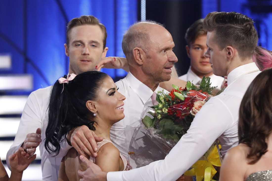 Thomas Ravelli och Jasmine Takács tröstas av de andra deltagarna.