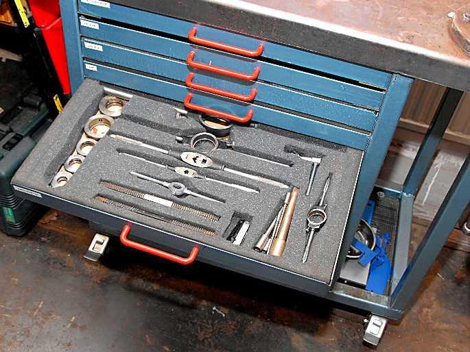 Bosse har byggt en speciell bänk för alla gängverktygen, där varje gängtyp har en egen låda.