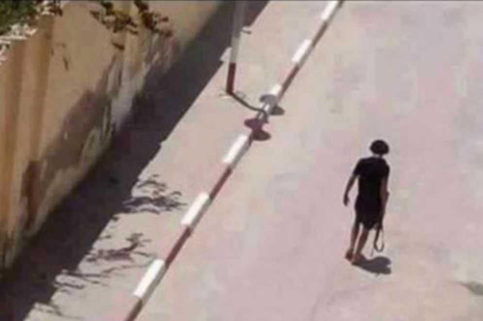 Gärningsmannen i Sousse strax innan han blev skjuten av polis.