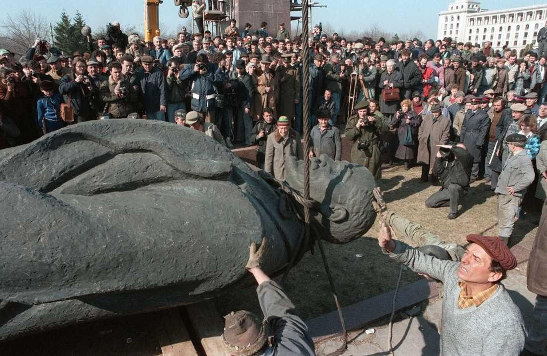 En staty av Lenin tas bort i Bukarest efter kommunismens fall.