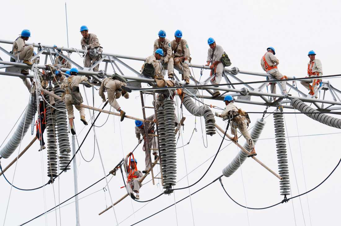 Här utförs underhållsarbete på ett kraftverk i Xuzhou i Kina. Landets elproduktion har ökat med 8,1 procent sedan förra året, och är nu uppe i 479,5 miljarder kilowattimmar.