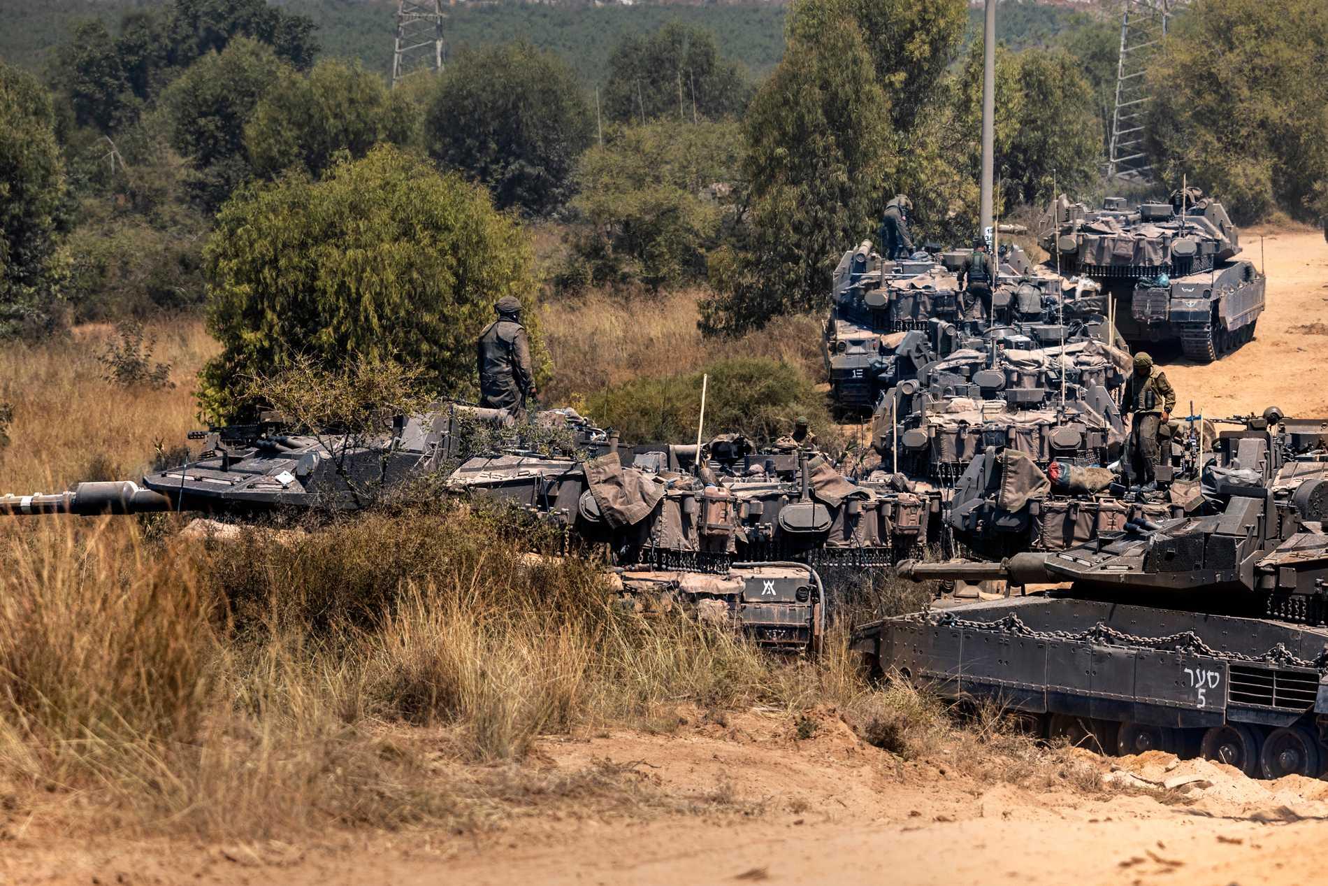 Israeliska soldater nära gränsen till Gaza på fredagen.