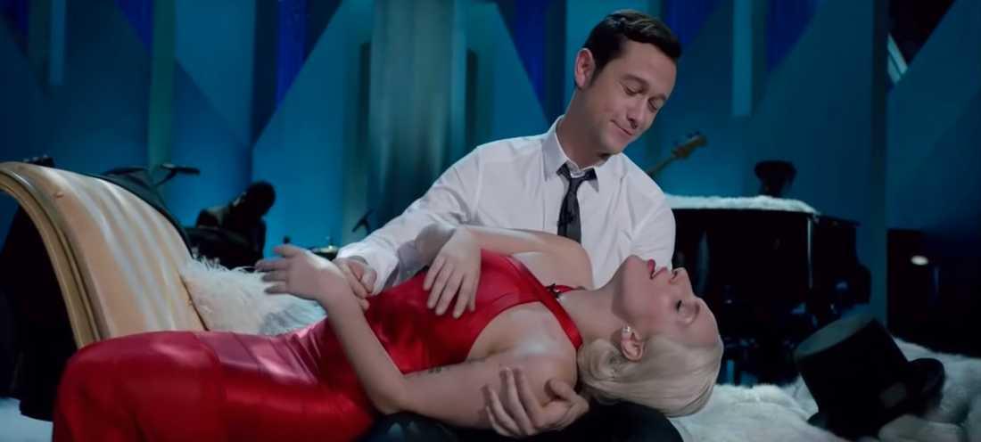 """Lady Gaga och Joseph Gordon-Levitt i videon till """"Baby It's Cold Outside""""."""