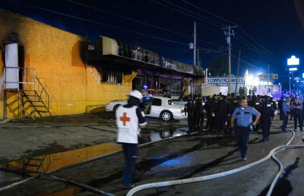Letar skyldiga Polis och räddningstjänsten vid nattklubben där fem personer miste livet.