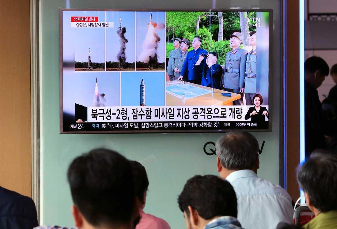Indirekt nyhetsförmedling à la Korea – sydkoreansk tv visar stillbilder ur den nordkoreanska tidningen Rodong Sinmun, föreställande Kim Jong-Un och nordkoreanska militärer som betraktar helgens robottest.
