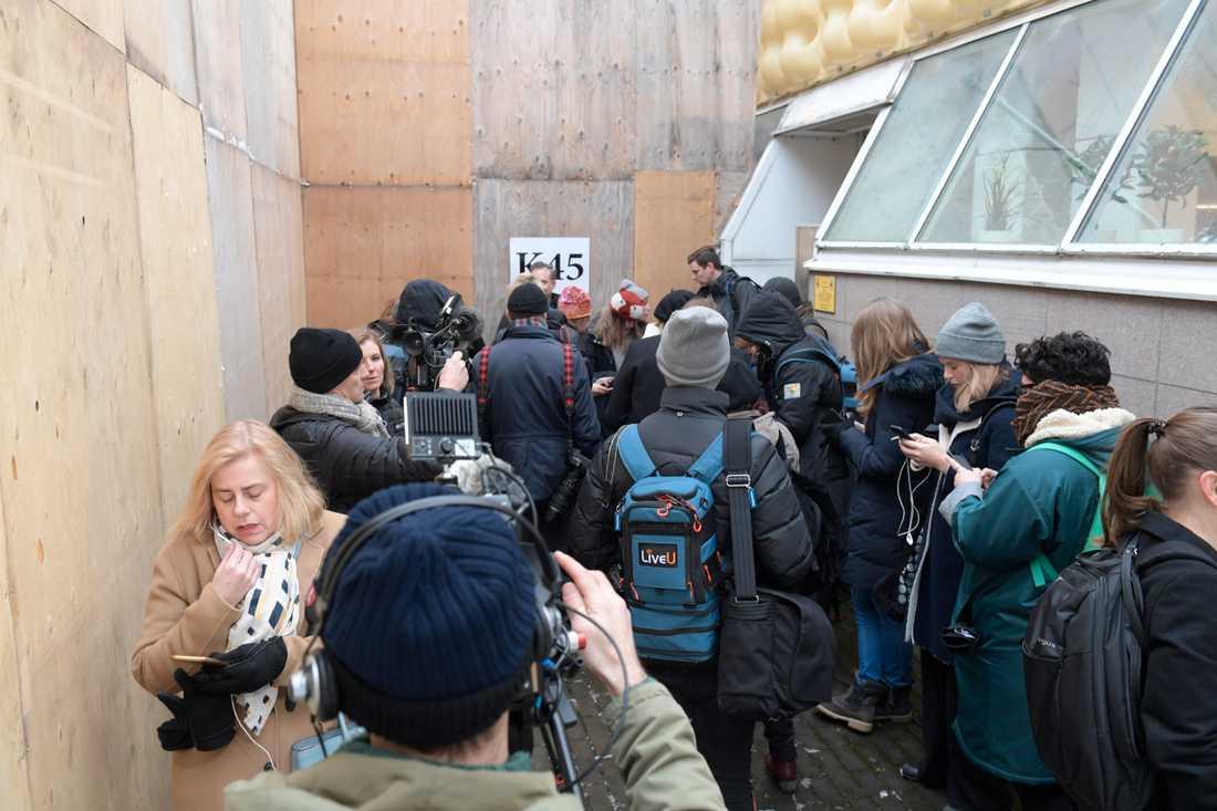 Media samlas vid Tingsrätten på tisdagsmorgonen.