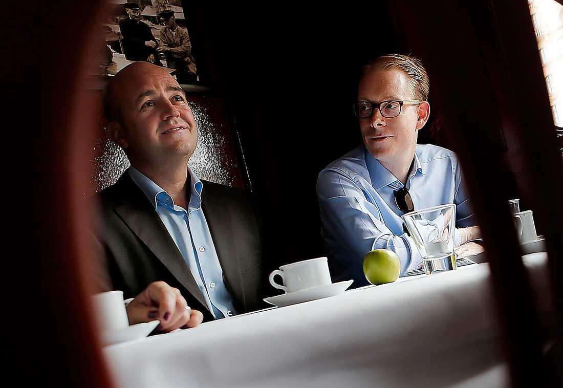 Allt för makten  Fredrik Reinfeldt och Tobias Billström spelar främlingsfientliga krafter i händerna – makten går före allt.