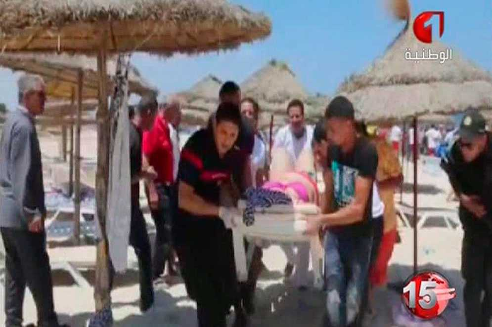 På tv-bilder förs skadade människor iväg från stranden där gärningsmännen öppnade eld.