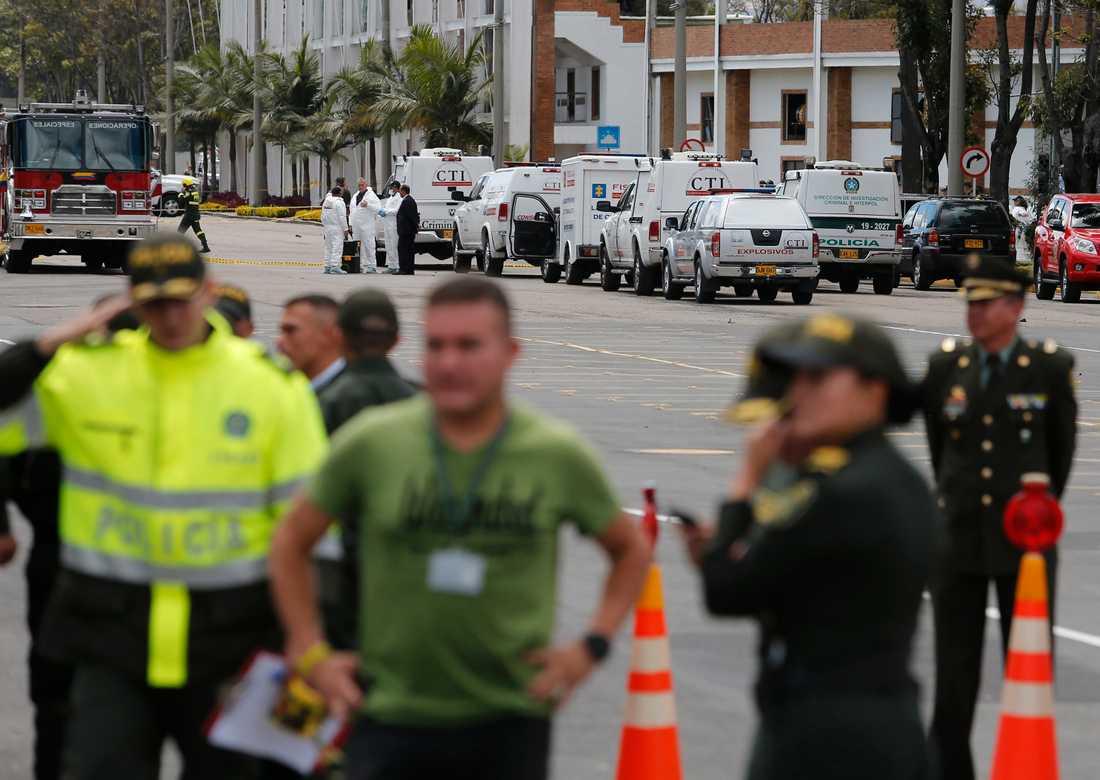 Polis har spärrat av platsen där en bilbomb exploderade i Bogotá.