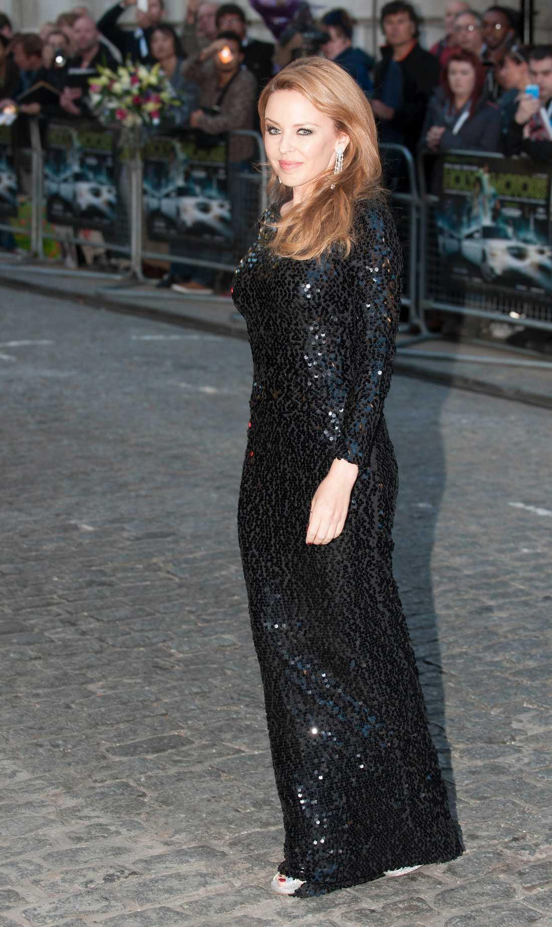 Popstjärnan Kylie Minogue glänste i sin blanka galaklänning.