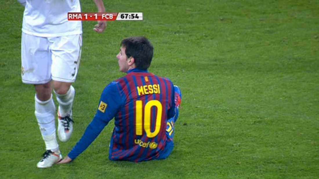 ÖVERFALLET Pepe stämplar en sittande Messi över handen.