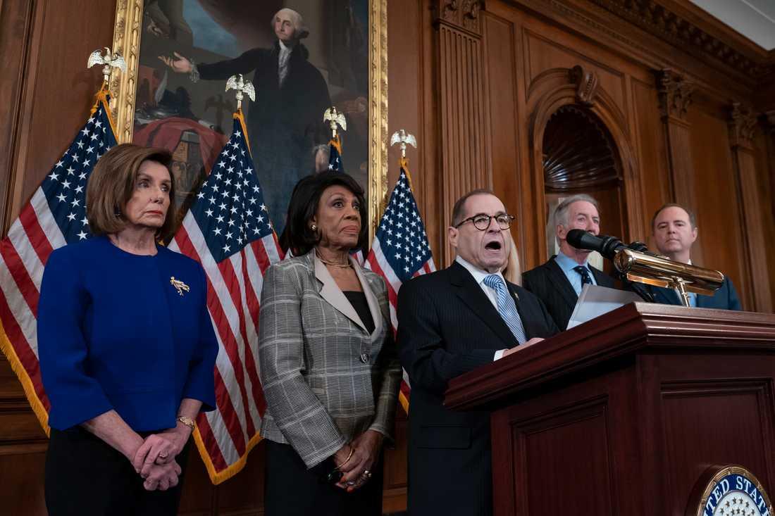 Demokraten Jerry Nadler, som är ordförande i representanthusets justitieutskott, i talarstolen. Längst till vänster syns talman Nancy Pelosi och bredvid henne Kaliforniendemokraten Maxine Waters.