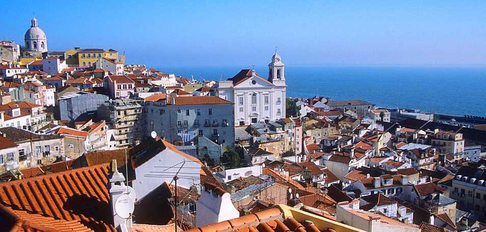 Under Lissabons röda tegeltak gömmer sig mängder av barer, restauranger och nöjen.