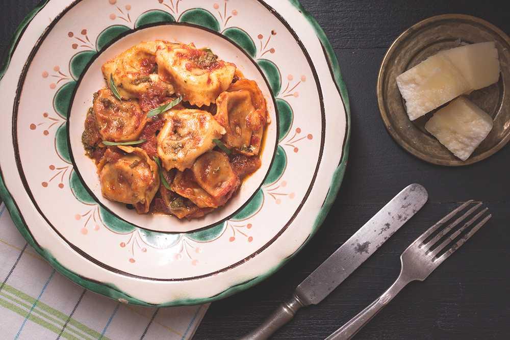 Tortellini med tomatsås och pesto.