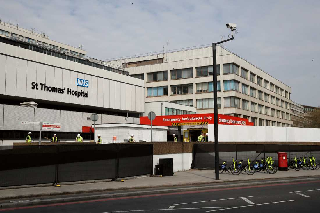 Ett staket byggs för att skymma ingången vid St Thomas' Hospital i centrala London, där premiärminister Boris Johnson vårdas.