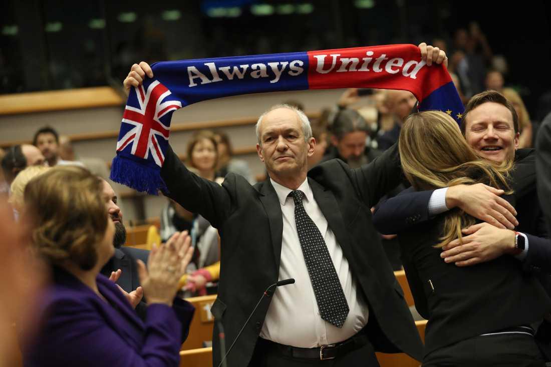 Ledamoten Richard Corbett håller upp en halsduk under britternas sista dag i EU-parlamentet i onsdags.