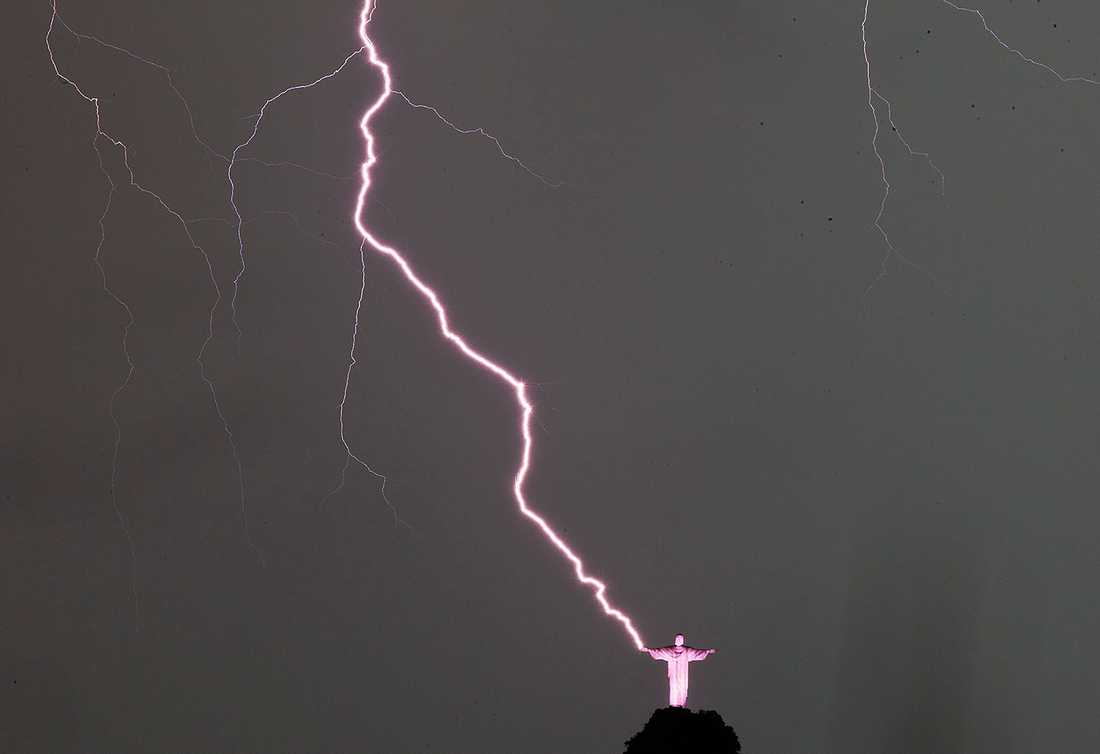 En kraftig blixt träffar Jesusstatyn – och förstör tummen.
