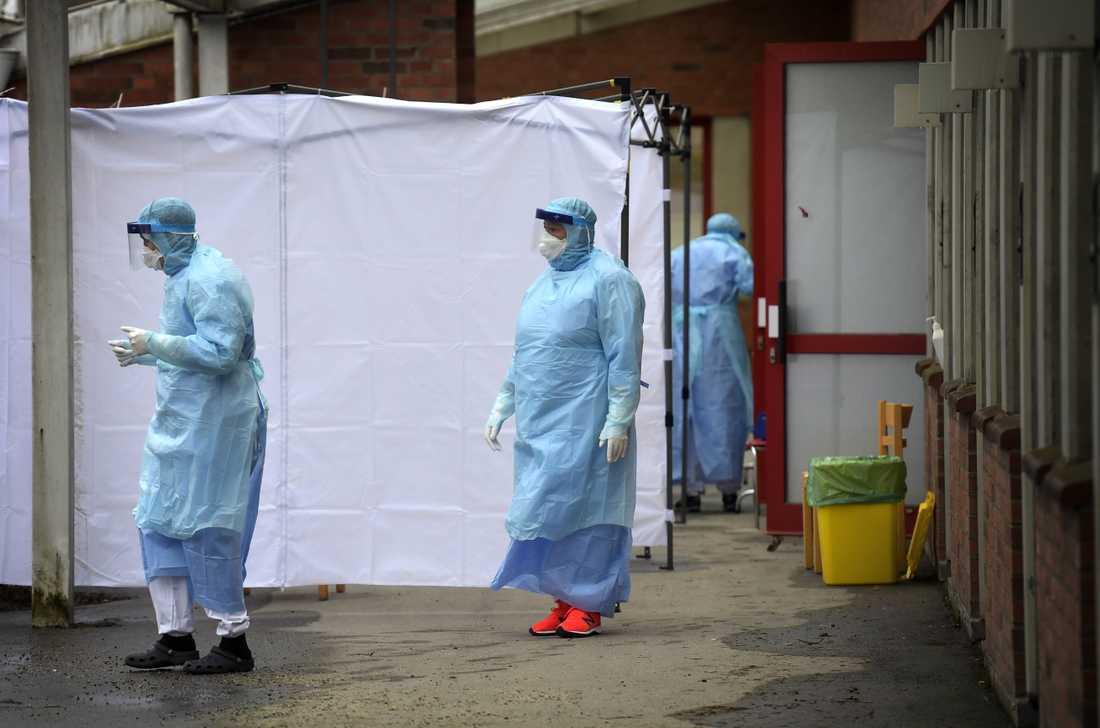 Sjukvårdspersonal utanför smittskyddskliniken vid Karolinska sjukhuset i Huddinge i Stockholm.