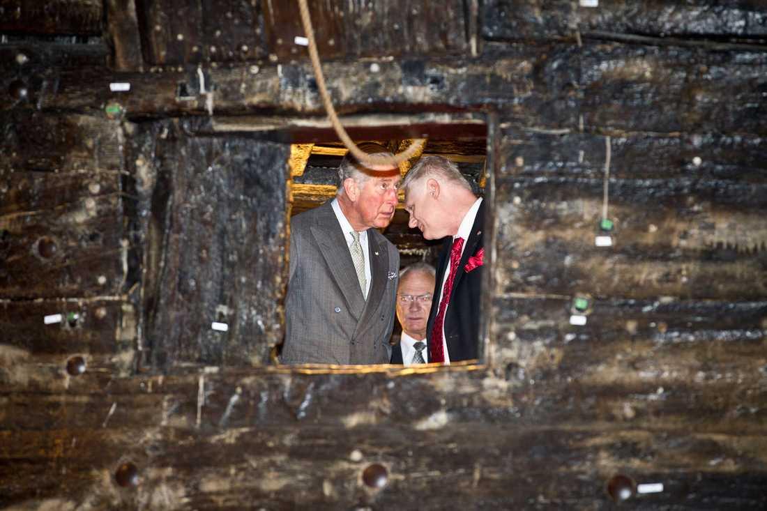 Prins Charles kikar på en detalj ombord på Vasaskeppet. I mitten dyker kungen upp.
