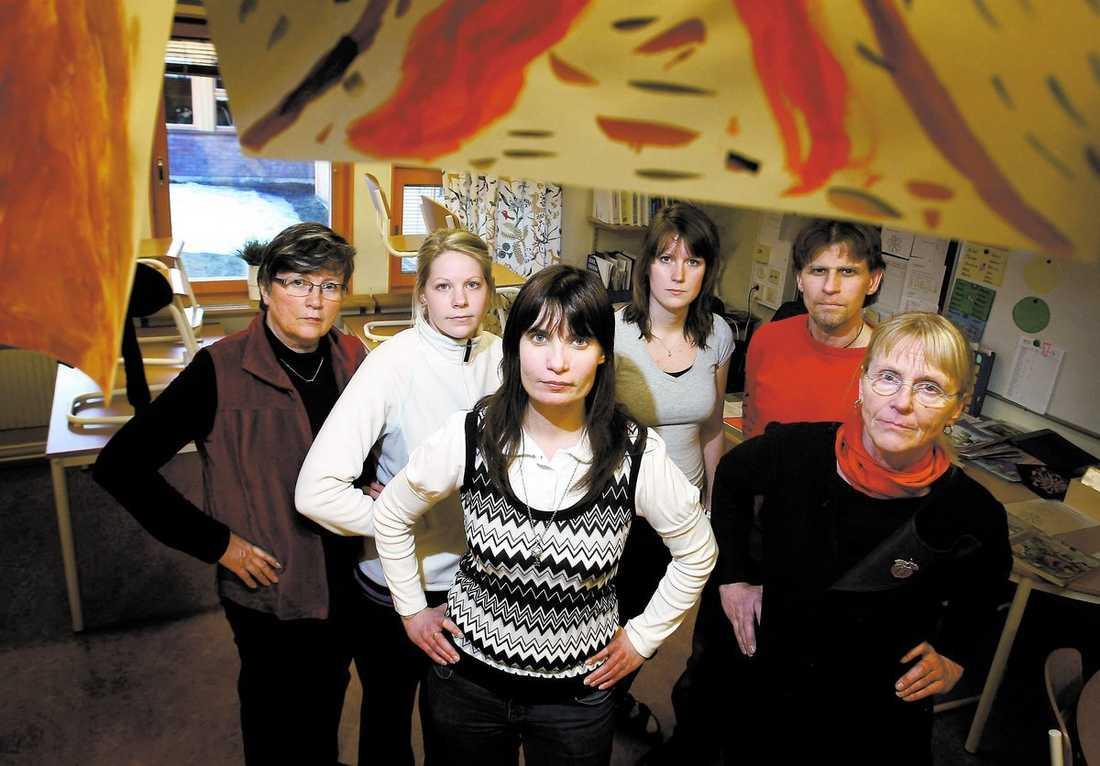 Var femte får gå Borlänge är en av de värst drabbade kommunerna i Sverige, nästan en femtedel av 500 grundskollärare kan snart vara utan jobb. Margareta Ekvall, Therese Karlsson, Lotta Stagnelius, Johanna Persson, Tomas Olsson och Britt Nordström på Nygårdsskolan är upprörda.