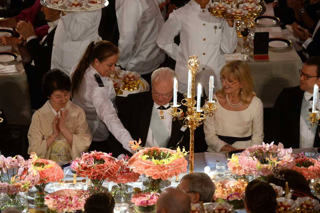 Kung Carl Gustaf serveras efterrätt,  körsbärsblomma med smak av kaffe och mandel, under Nobelbanketten i Blå Hallen.