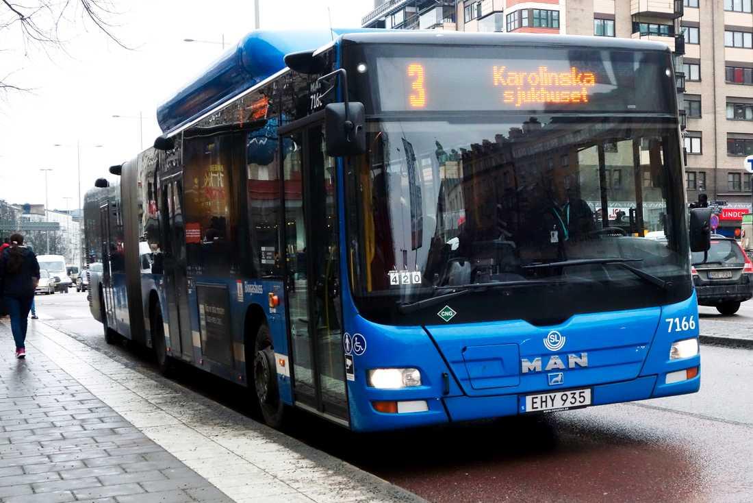 Inga resenärer kommer att få kliva på genom bussarnas framdörr på grund av coronaviruset. Arkivbild.
