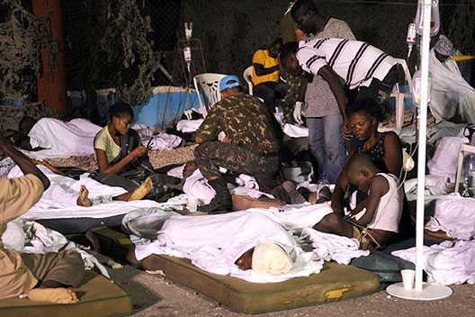 FÖRSTA HJÄLPEN Skadade invånare får hjälp av brasilianska hjälparbetare.