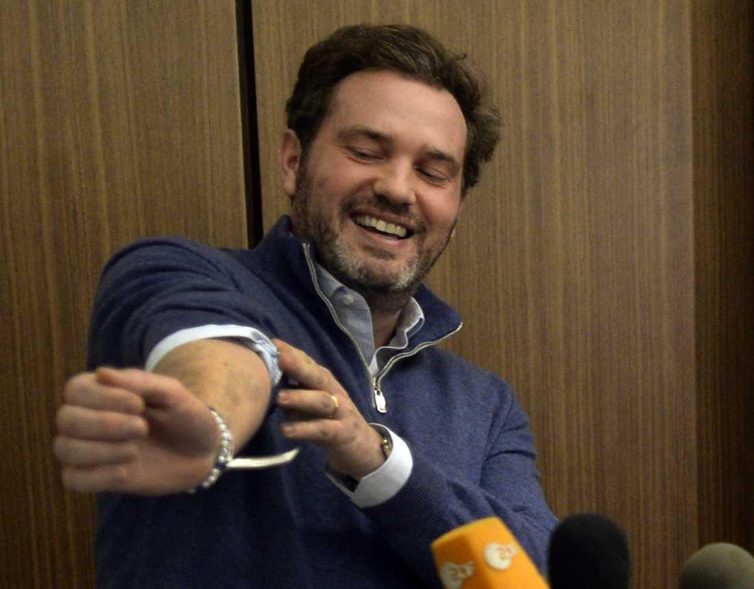 STOLT PAPPA Chris O'Neill var på ett strålande humör under presskonferensen där han berättade om sin nyfödda dotter.