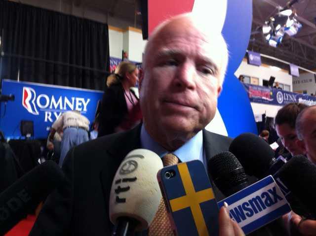 John McCain var märkbart irriterad när han pratade med Aftonbladet direkt efter debatten.
