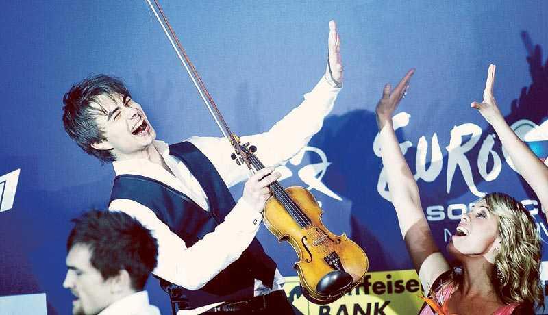 """Alexander Rybak skapar europeisk samhörighet med sin fiol. """"Fairytale är en inter-europeisk låt som alla från Eilat i söder till Thule i norr, från Vladivostok i öster till Galway i väst kan identifiera sig med"""", skriver norske kolumnisten Jostein Pedersen."""
