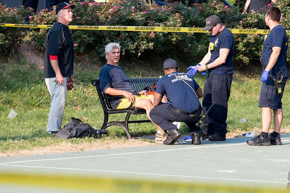 Gary Palmer får behandling av medicinsk personal