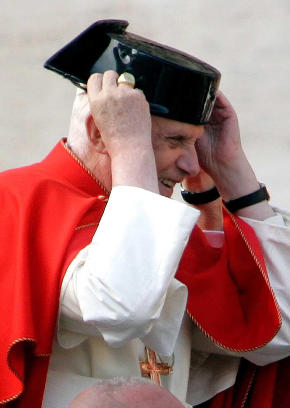 Ännu en dag – ännu en hatt. Påven testar en kreation på utanför Peterskyrkan i Rom.